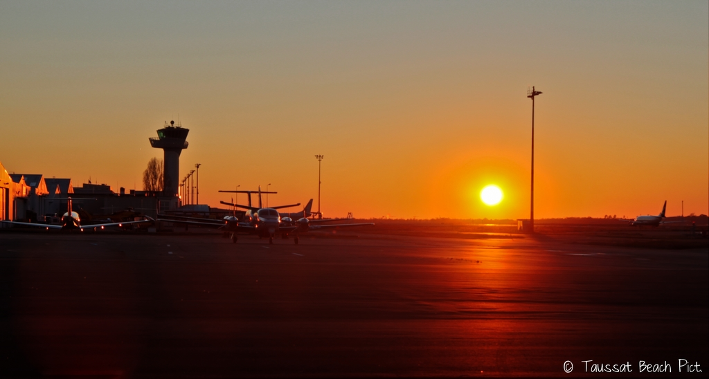 coucher de soleil, aéroport de bordeaux, tarmac, piste, taxyway, avion, capam, sunset, tour de controle bordeaux