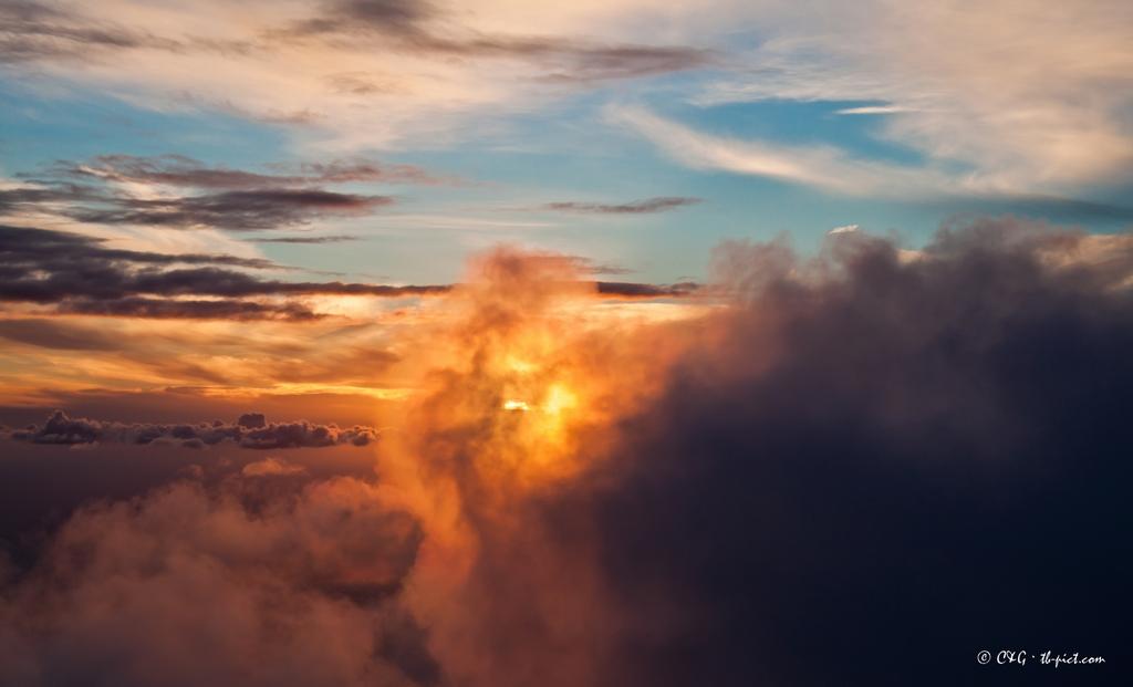 coucher de soleil entre les nuages